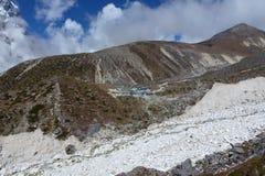 Thokla (Thok-La) brengt met blauwe hemel en wolken, Everest-trek van het Basiskamp, Nepal onder stock afbeelding