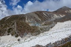 Thokla (Thok La) inkvarterar med blå himmel och moln, den Everest baslägertreken, Nepal fotografering för bildbyråer