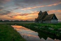 Thomas Becket-Kirche auf Romney Marsh bei Sonnenuntergang Stockfoto