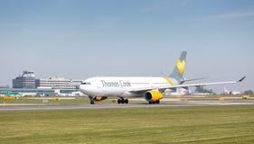 Thomas Cook Airbus A330 commençant juste à décoller à l'aéroport de Manchester Photo libre de droits