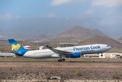 Thomas Cook Airbus A330 está sacando del aeropuerto del sur de Tenerife el 13 de enero de 2016 Foto de archivo libre de regalías