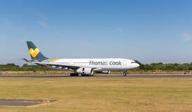 Thomas Cook Airbus A330-243 vlak na het raken neer bij de Luchthaven van Manchester Stock Foto