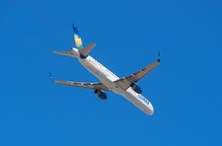 Thomas Cook Condor Boeing 757-300 está sacando del aeropuerto del sur de Tenerife el 13 de enero de 2016 Fotos de archivo
