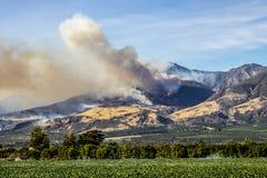 Thomas Fire Burns Above Fillmore i Ventura County California royaltyfri foto