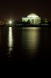 Thomas Jefferson Memorial reflekterade på natten Fotografering för Bildbyråer