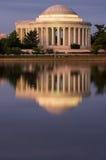 Thomas Jefferson Memorial reflekterade på natten Royaltyfri Bild
