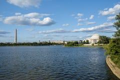 Thomas Jefferson och George Washington Memorial Seen Across från den tidvattens- handfatet Royaltyfri Fotografi