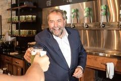 Thomas Mulcair Cheers une bière Image libre de droits