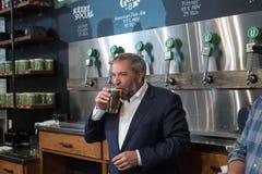 Thomas Mulcair Drinks une bière Images stock
