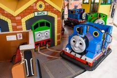 Thomas och Percy som spelar maskinen Royaltyfri Foto