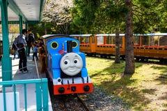 Thomas pociąg parkuje przy stacją Fotografia Stock