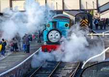Thomas the Tank Engine på skärm som blåser ånga royaltyfri bild
