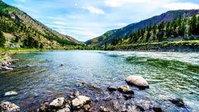 Thompson River met zijn vele stroomversnelling die door de Canion vloeien Royalty-vrije Stock Afbeelding