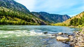Thompson rzeka z swój wiele gwałtownymi płynie przez jaru przy Goldpan prowincjonału parkiem fotografia royalty free