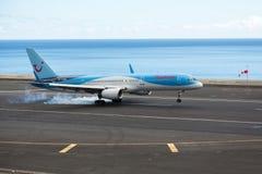 Thomson drogi oddechowe Boeing 737-800 na dotyka puszku Fotografia Stock