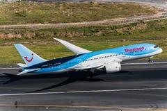 Thomson flygbolag tar av på den Phuket flygplatsen Fotografering för Bildbyråer