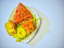 Thon cuit au four avec des légumes image stock