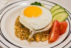 Thon de riz frit avec l'oeuf complété Images stock
