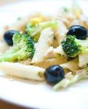 thon de tubes de portion de pâtes d'olives Images stock