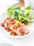 Thon frais braisé avec de la salade chaude photo libre de droits