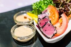 Thon grillé avec de la salade de sésame et de crème avec des légumes Image libre de droits