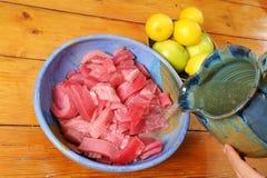 Thon mariné avec du jus de citron photographie stock libre de droits