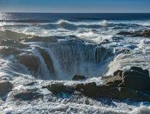 Thor ` s Brunnen überschwemmt mit Ozean-Brandung stockbilder
