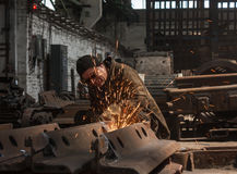 Thorez Ukraina - Juli, 22, 2013: Welder på arbete Reparation och engelska Arkivfoto