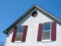 Thornhill fönster med röda slutare 2017 royaltyfri bild