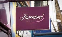 Thorntons巧克力的一个商店标志-斯肯索普,林肯郡, 库存照片