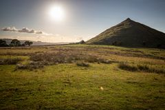 Thorpe Cloud sommarsol Dovedale, maximalt område royaltyfri foto