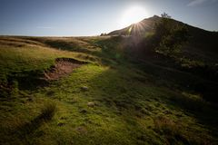 Thorpe Cloud sommarsol Dovedale, maximalt område arkivbilder