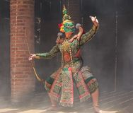 Thotsakan 10 сторон гигантских в Khon или традиционной тайской пантомиме по мере того как культурное танцуя представление искусст Стоковое фото RF