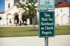 Thou shalt nie deskorolka przy kościół Zdjęcie Royalty Free