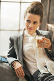 Thoughtful business woman drinking coffee Royalty Free Stock Photos
