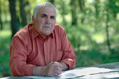 Thoughtful senior man looking at the camera Royalty Free Stock Photography