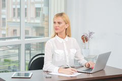 Thoughts on planah.Seksapilnaya office worker woman sitting at t Royalty Free Stock Image