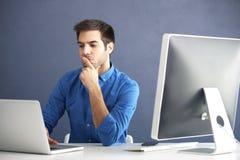 Thougthful jonge mens met laptop royalty-vrije stock afbeeldingen
