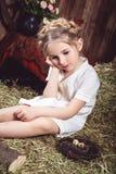 Thougthful małej dziewczynki obsiadanie na sianie Obrazy Stock