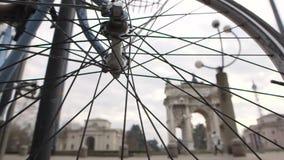 Thourgh för Milan bågsempione en cykel stock video