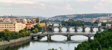 Thr-Brücken von Prag während der blauen Stunde lizenzfreie stockfotografie