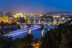Thr-Brücken von Prag während der blauen Stunde lizenzfreies stockfoto