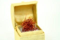 Thrads de safran dans une boîte d'or Photographie stock