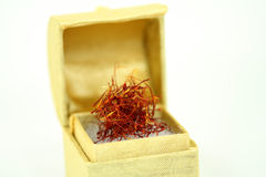 Thrads do açafrão em uma caixa dourada Fotografia de Stock