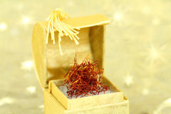 Thrads do açafrão em uma caixa dourada Imagem de Stock
