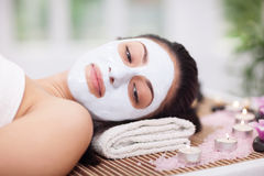Thérapie de station thermale pour la jeune femme ayant le masque facial au salon de beauté Photos stock