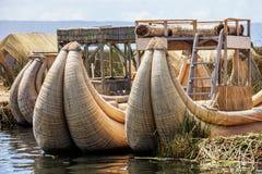 Thre decken Boot zum höchsten See in der Welt Titicaca in Süd-Peru mit Schilf Stockfotos