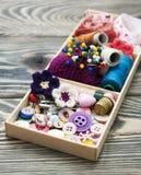 Thread und Material für Handwerkkünste im Kasten Stockfotos