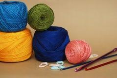 Thread-Zusammensetzung Farbige Häkelarbeit oder Knitt-Garn in den Spulen Nadel und Zubehör für handgemachtes und Hobby mit Kopien lizenzfreie stockfotos