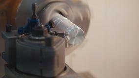 Threading metal części na tokarskiej maszynie przy fabryką, udziały metali golenia, przemysłowy pojęcie, frontowy widok Obraz Stock